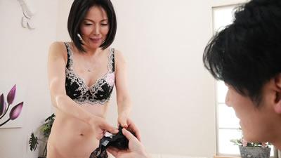 点击播放《【111718_377】太太我想买你的熟女内裤啊! 青山爱》