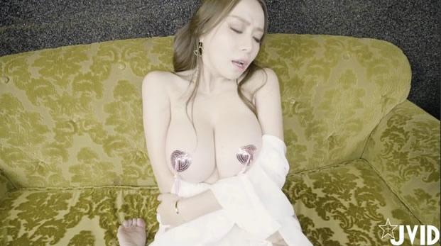 性感美眉遮不住的大奶