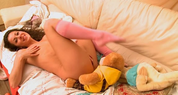 【东欧少女】 Vita_Innocent_babe_playing_with_pussy.wmv