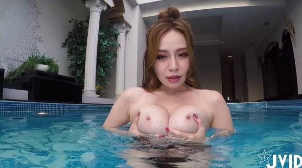 性感美眉泳池偷偷做坏事